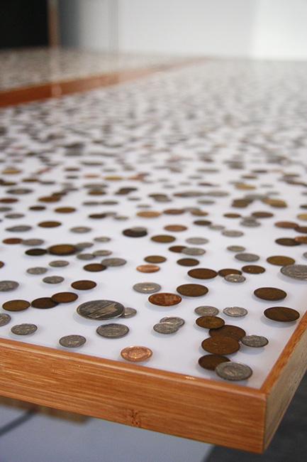 Directietafel met in epoxy gegoten munten voor ASN bank
