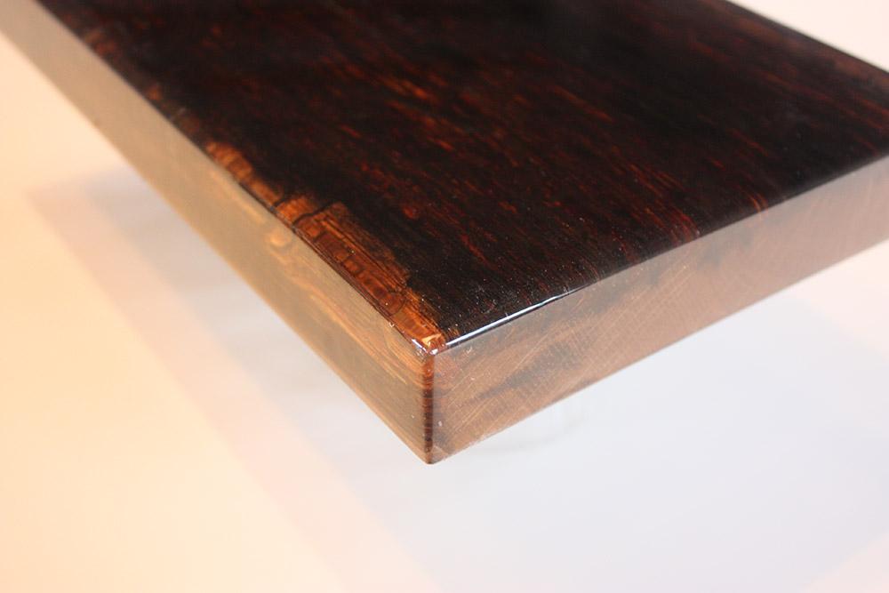 Onbewerkt en grof hout in epoxy