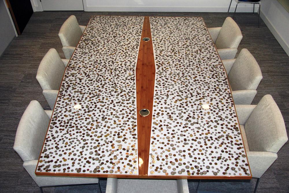 Voorwerpen in epoxy tafelblad gieten